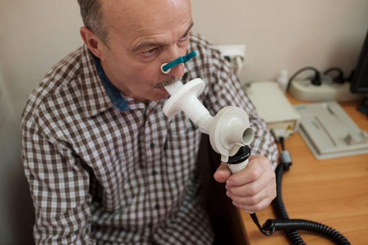 senior-hispanic-man-man-testing-breathing-function-9TYLXNC-min-1200x800.jpg
