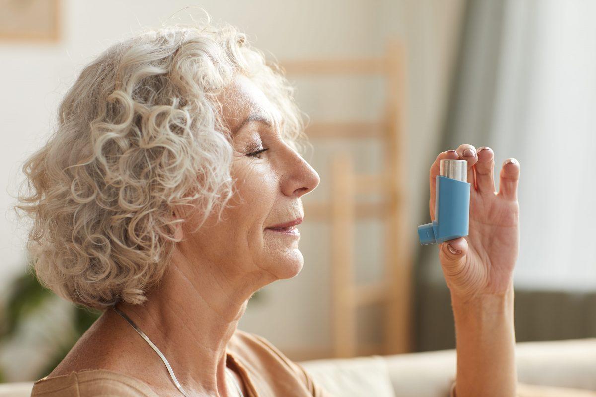senior-woman-holding-inhaler-KJYD8MU-min-1200x800.jpg